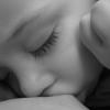 איך אוכל לדעת האם התינוק שלי מקבל מספיק חלב?